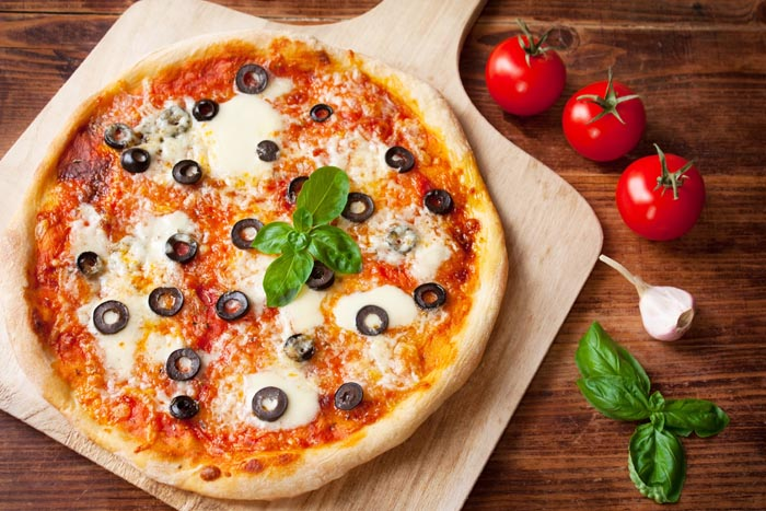 Pizza Margherita mit Oliven, Basilikum und Mozzarella